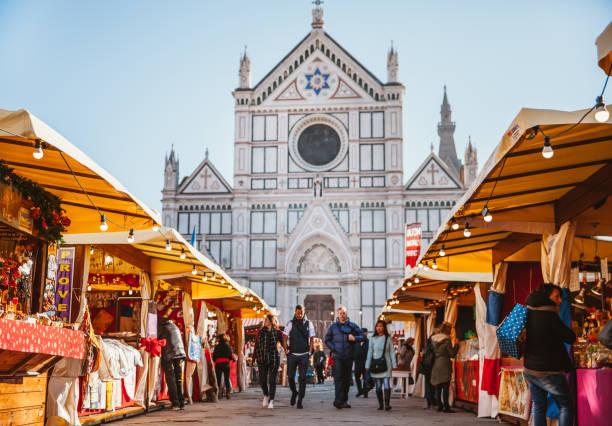 weihnachtsmarkt in florenz auf der piazza santa croce - italienischer weihnachten stock-fotos und bilder