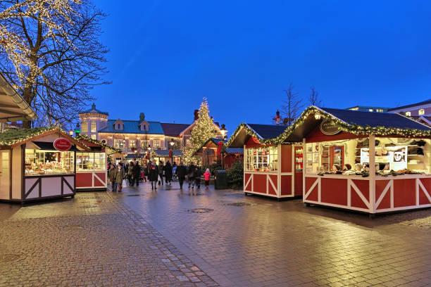 julmarknad i liseberg park i göteborg - liseberg bildbanksfoton och bilder