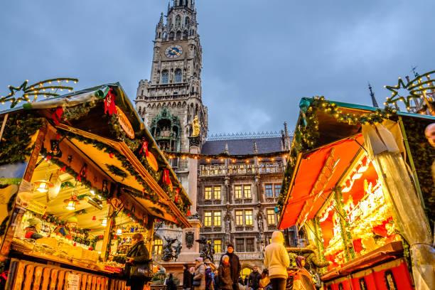 weihnachtsmarkt in münchen - deutschland - weihnachtsfeier münchen stock-fotos und bilder