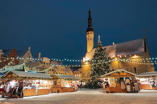 weihnachtsmarkt in tallinn, estland - christkindlmarkt stock-fotos und bilder