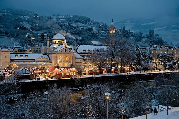 weihnachtsmarkt merano - italienischer weihnachten stock-fotos und bilder