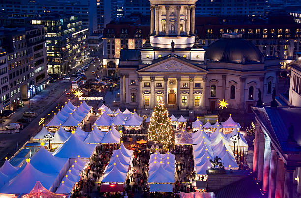 christmas market auf berlin gendarmenmarkt - weihnachtsmarkt am gendarmenmarkt stock-fotos und bilder