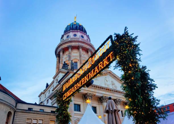 weihnachtsmarkt am gendarmenmarkt in berlin der winter deutschland - weihnachtsmarkt am gendarmenmarkt stock-fotos und bilder