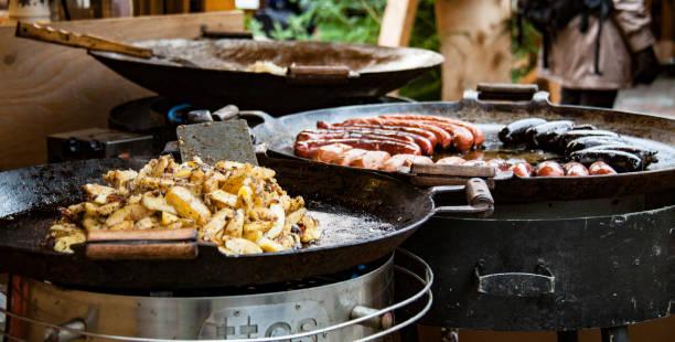 noel pazarı: sosis ve patates - estonya stok fotoğraflar ve resimler