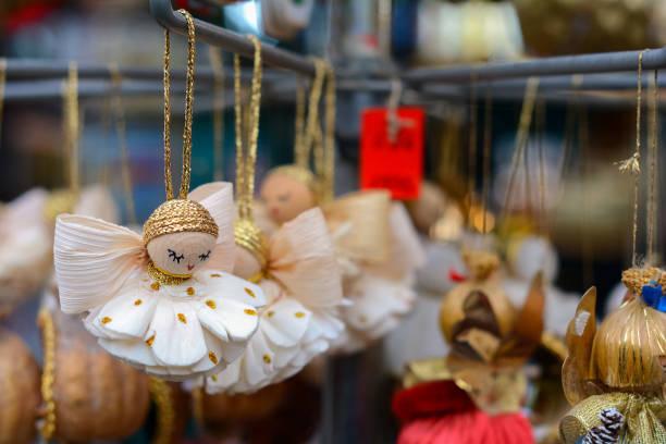 weihnachten-marktstand mit engel souvenirs zum verkauf - engelsflügel kaufen stock-fotos und bilder