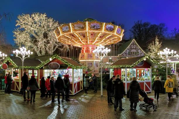 julmarknad med karusell i nöjesparken liseberg i göteborg - liseberg bildbanksfoton och bilder