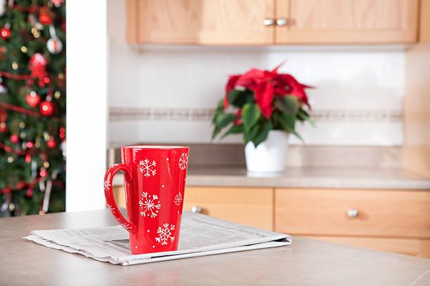 weihnachten kaffee am morgen - weihnachtssterne aus papier stock-fotos und bilder