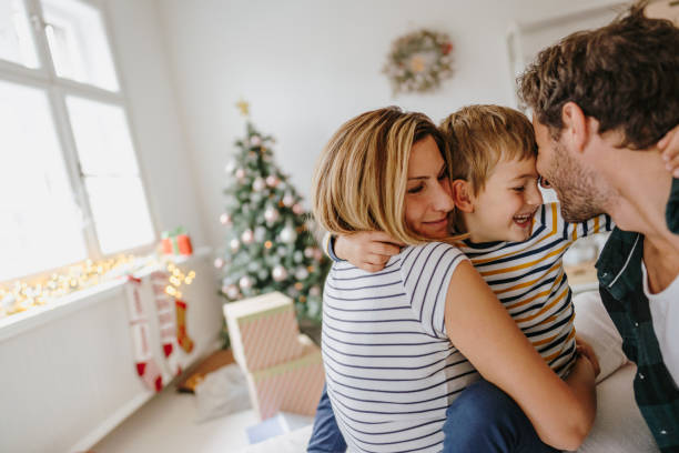 kerst ochtend in ons huis - christmas family stockfoto's en -beelden