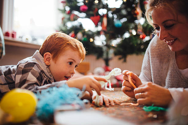 heiligabend  - geschenke eltern weihnachten stock-fotos und bilder