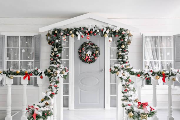 christmas morning. porch a small house with a decorated door with a christmas wreath. winter fairy tale. - balão enfeite imagens e fotografias de stock