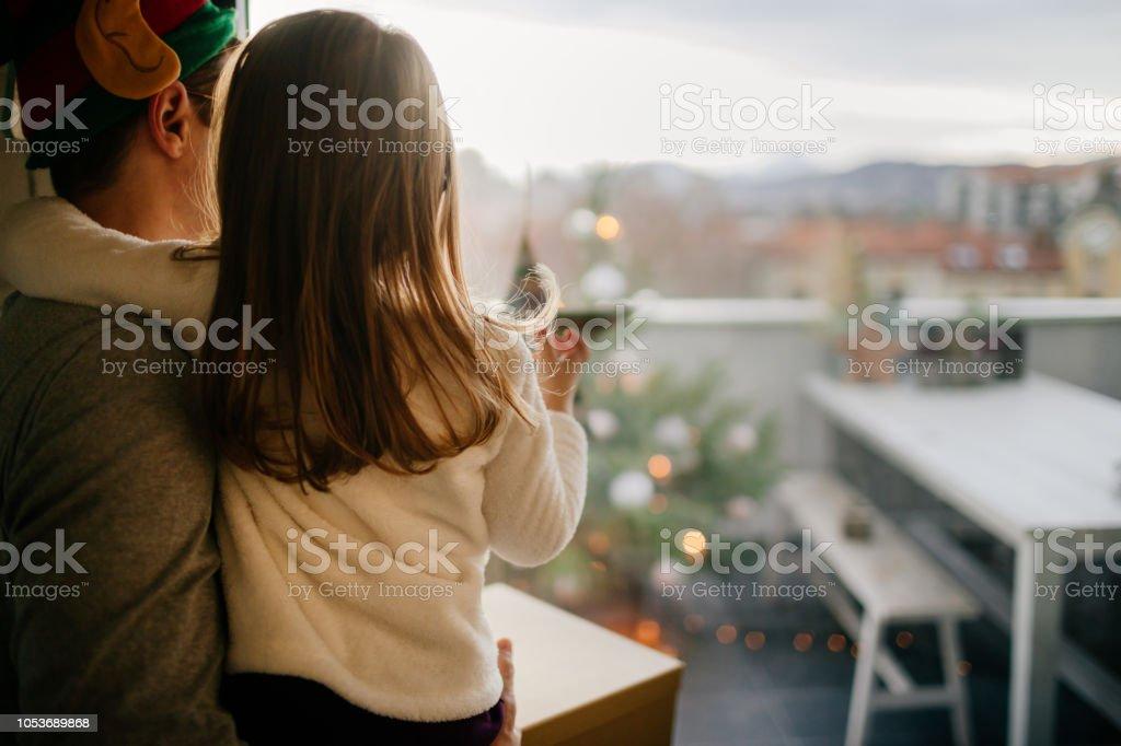 Weihnachtsmorgen mit meinem Mädchen – Foto