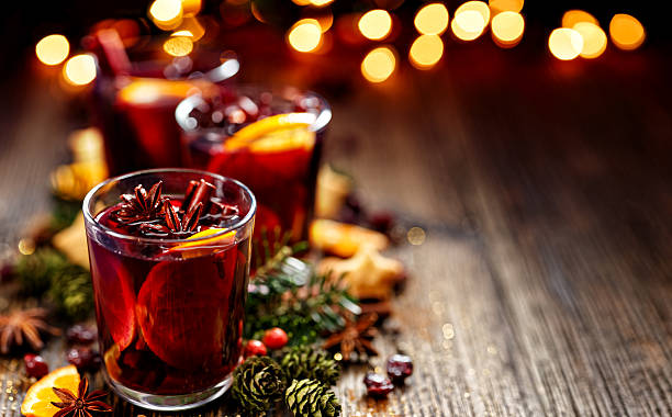 christmas mulled red wine in a glass - getränk stock-fotos und bilder