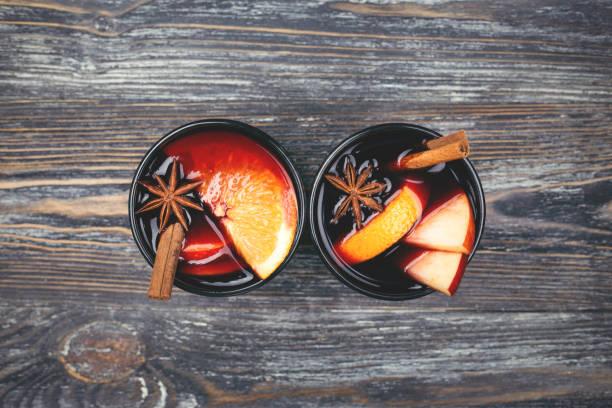kerst glühwein op rustieke tafel. traditionele drank op winter vakantie. - gluhwein stockfoto's en -beelden