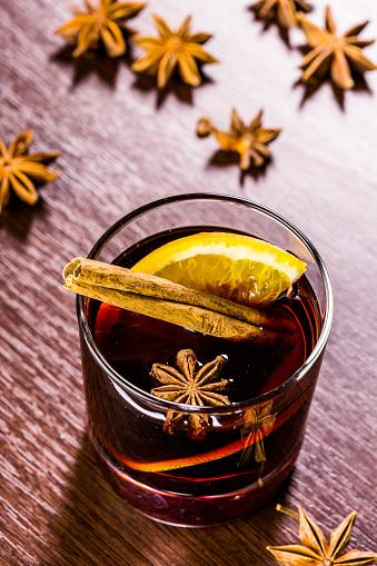 크리스마스 멀드 와인에 양념으로 사용되는데 0명에 대한 스톡 사진 및 기타 이미지