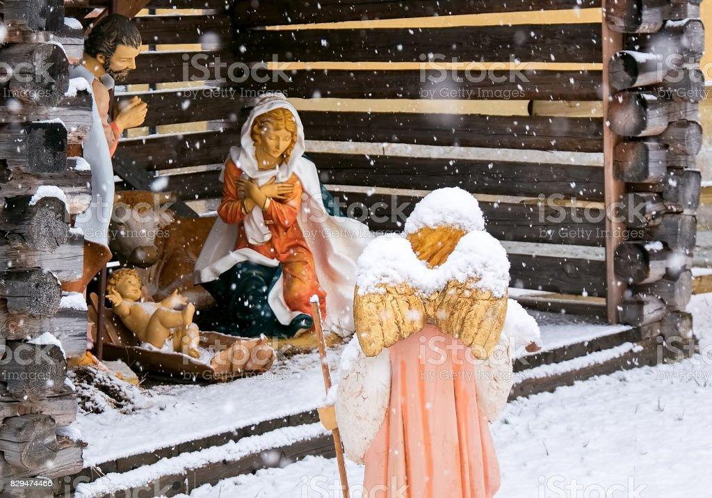 Crèche de Noël, ange avec de l'agneau dans la neige - Photo