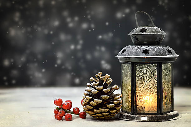 natürliche weihnachten dekoration - kerzenlaterne stock-fotos und bilder