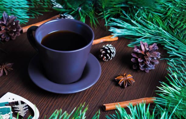 weihnachts-neujahrskonzept mit kaffeetasse, weihnachtsbaum und zapfen. layout mit einer tasse kaffee für das neue jahr und weihnachten. - weihnachtlich tiramisu stock-fotos und bilder