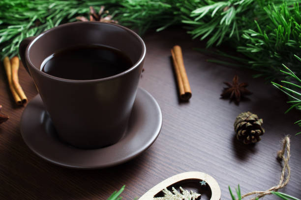 2020 weihnachts-neujahrskonzept mit kaffeetasse, christbaum und zapfen. layout mit einer tasse kaffee für das neue jahr und weihnachten. - weihnachtlich tiramisu stock-fotos und bilder