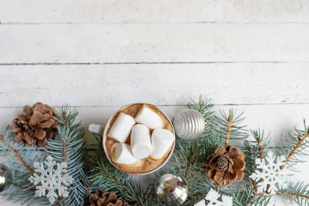 jul, nyårsdekoration och kopp kaffe på vit trä bakgrund med kopierings utrymme. firande vinter kort - cozy at christmas bildbanksfoton och bilder