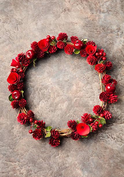 weihnachten, neujahr, kranz mit äpfeln - buchstabentür kränze stock-fotos und bilder