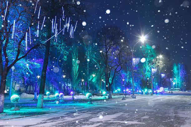 weihnachten nacht stadt. - weihnachtsstadt stock-fotos und bilder