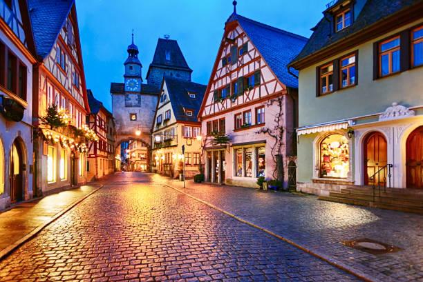 weihnachtsnacht in rothenburg ob der tauber, bavaria, germany - weihnachtsstadt stock-fotos und bilder