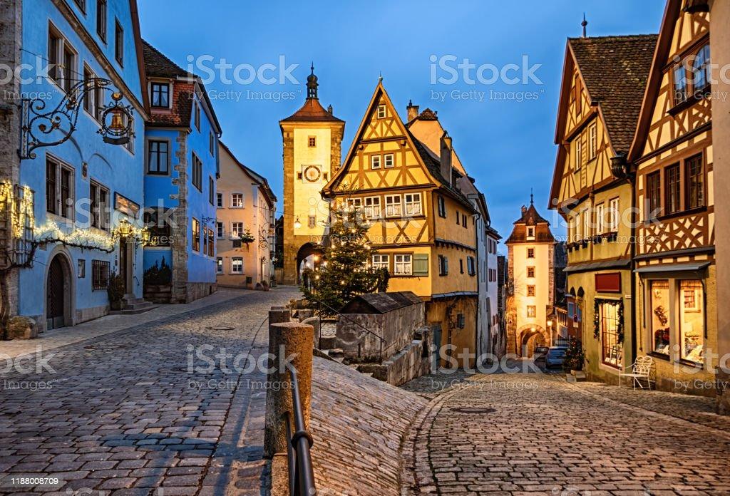 Kerstnacht in Rothenburg ob der Tauber Old Town das Plonlein, Beieren, Duitsland - Royalty-free Avondschemering Stockfoto