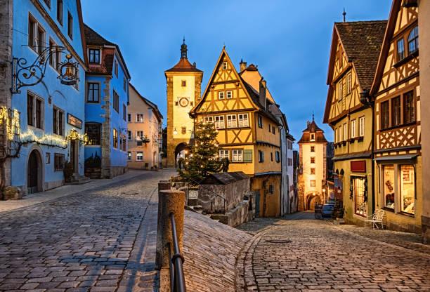 kerstnacht in rothenburg ob der tauber old town das plonlein, beieren, duitsland - rothenburg stockfoto's en -beelden