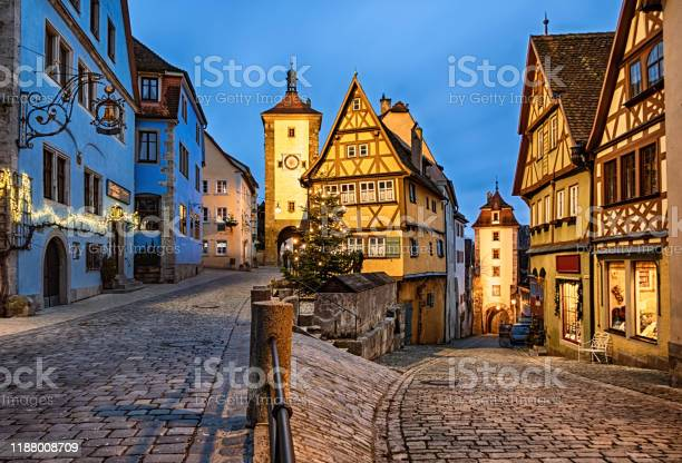 Kerstnacht In Rothenburg Ob Der Tauber Old Town Das Plonlein Beieren Duitsland Stockfoto en meer beelden van Avondschemering