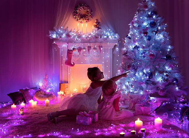 weihnachten nacht kinder, kinder mädchen, die wie lichter tree - lila mädchen zimmer stock-fotos und bilder