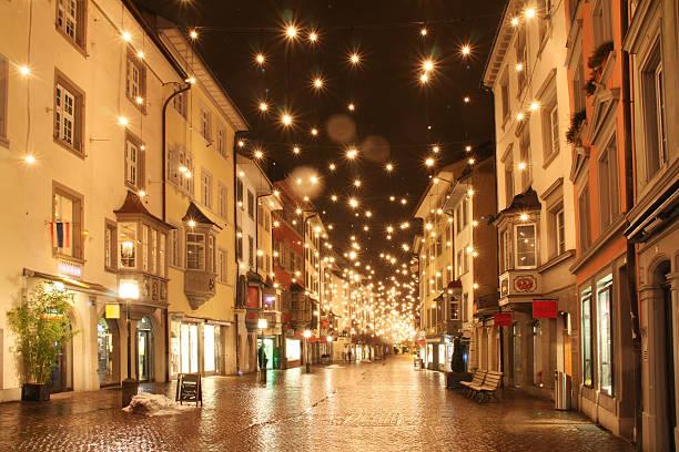 weihnachten bei nacht - weihnachtsstadt stock-fotos und bilder