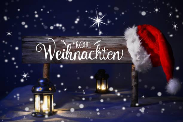 kar ile noel gecesi, santa hat, frohe weihnachten mutlu noeller anlamına gelir - weihnachten stok fotoğraflar ve resimler