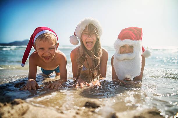 weihnachten am strand - weihnachten 7 jährige stock-fotos und bilder