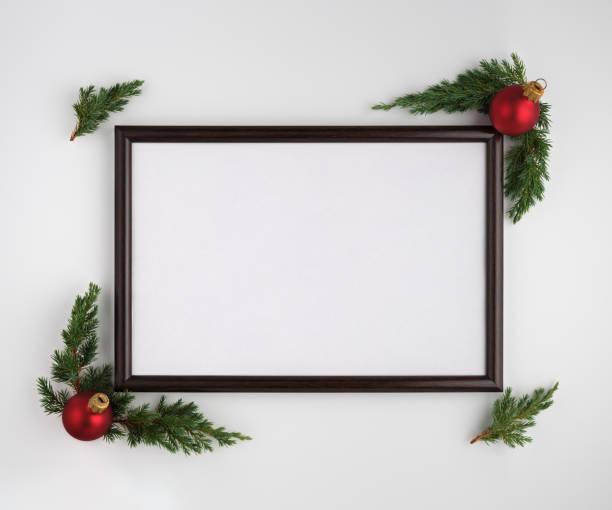 Weihnachten oder Neujahr Zusammensetzung. Fotorahmen mit Kopierraum, Christbaumzweigen und Weihnachtskugeln auf weißem Hintergrund. Flachliegen, Ansicht von oben – Foto