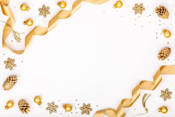jul eller nyår ram sammansättning. juldekorationer i guld färger på vit bakgrund med tomma kopian utrymme för text. semester och fest koncept för vykort eller inbjudan. ovanifrån - christmas decoration golden star bildbanksfoton och bilder