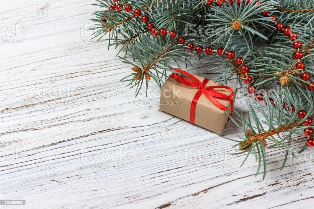Regalos De Navidad O Año Nuevo Envuelto En Papel De Color Natural Y ...