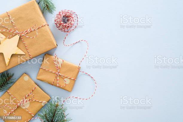 Christmas Or Winter Composition Frame Made Of Gifts Box Wrapped Kraft Paper Twine Rope Wooded Xmas Decorations Fir Tree Branches On Pastel Blue Background Christmas Winter New Year Concept — стоковые фотографии и другие картинки Без людей