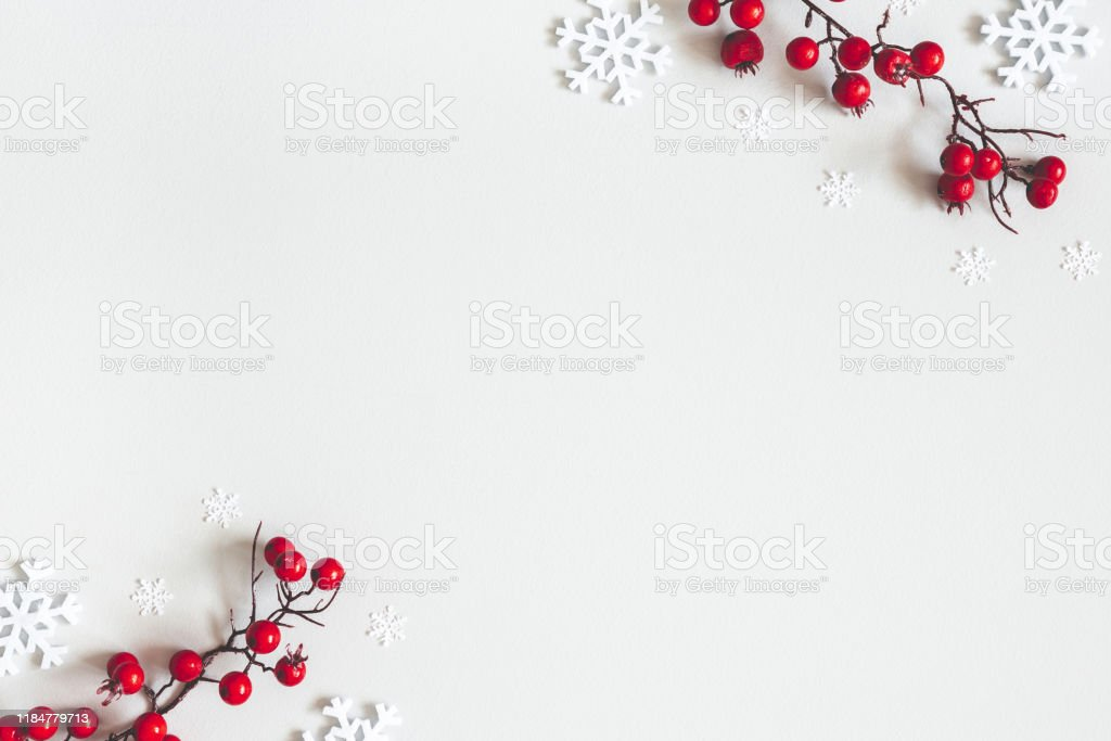 Рождественская или зимняя композиция. Снежинки и красные ягоды на сером фоне. Рождество, зима, новый год концепции. Плоская лежала, вид свер� - Стоковые фото 2020 роялти-фри