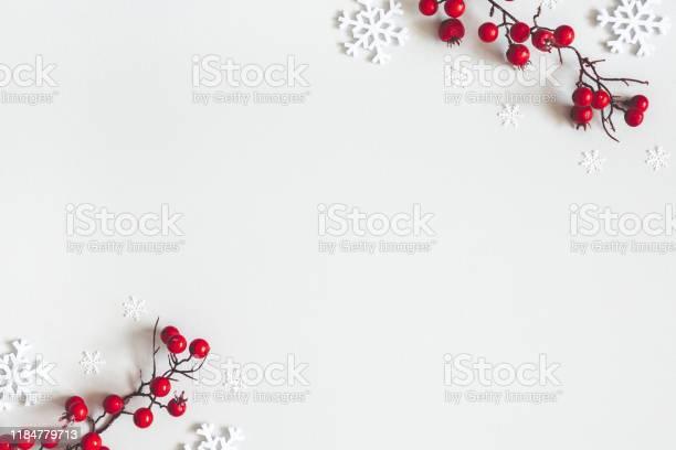 Рождественская Или Зимняя Композиция Снежинки И Красные Ягоды На Сером Фоне Рождество Зима Новый Год Концепции Плоская Лежала Вид Свер — стоковые фотографии и другие картинки 2020