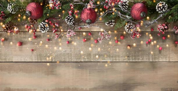 Weihnachtsschmuck und Girlande Hintergrund auf Holz – Foto