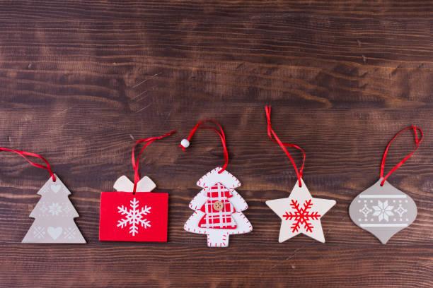 christbaumkugel flach auflegen gebeiztem holz hintergrund - foto collage geschenk stock-fotos und bilder