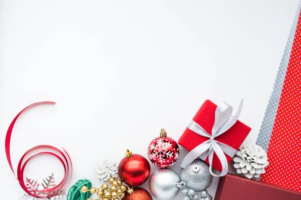 christmas ornament auf weißem hintergrund. - günstige weihnachtsgeschenke stock-fotos und bilder