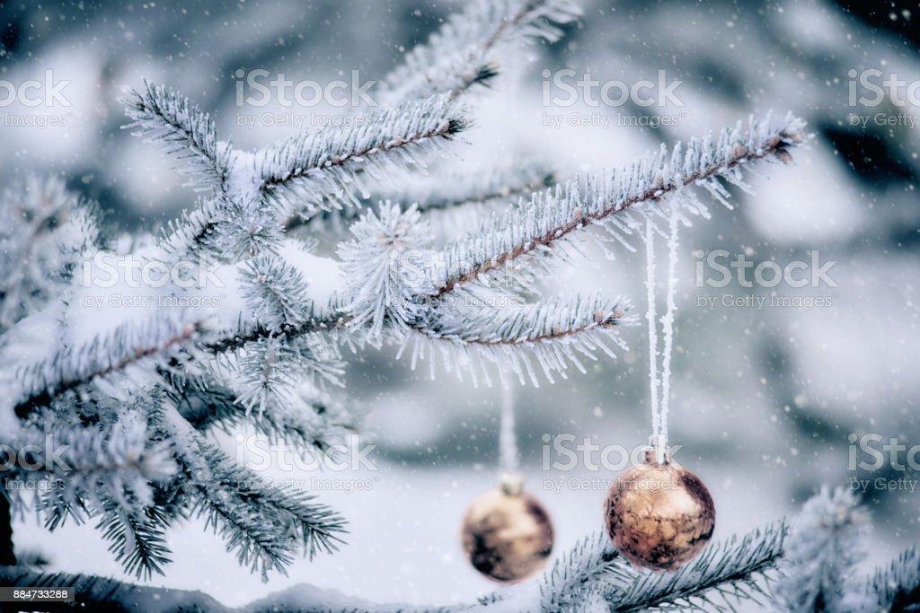 Christbaumkugel mit einem Schneesturm – Foto