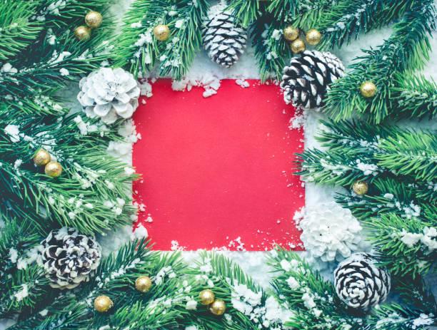 christbaumkugel mit kiefer branch, rote karte auf schnee - weihnachtskarte stock-fotos und bilder
