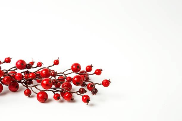 weihnachtsschmuck. kugeln. spielzeug. santa claus; kerzen; geschenke; - stechpalme stock-fotos und bilder