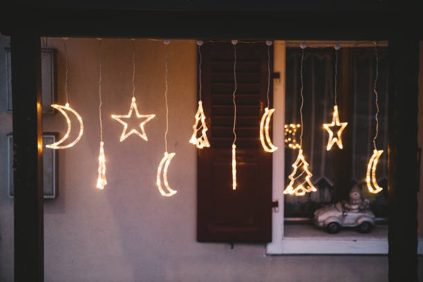 outdoor-weihnachtsschmuck in der schweiz - vorbau dekor stock-fotos und bilder