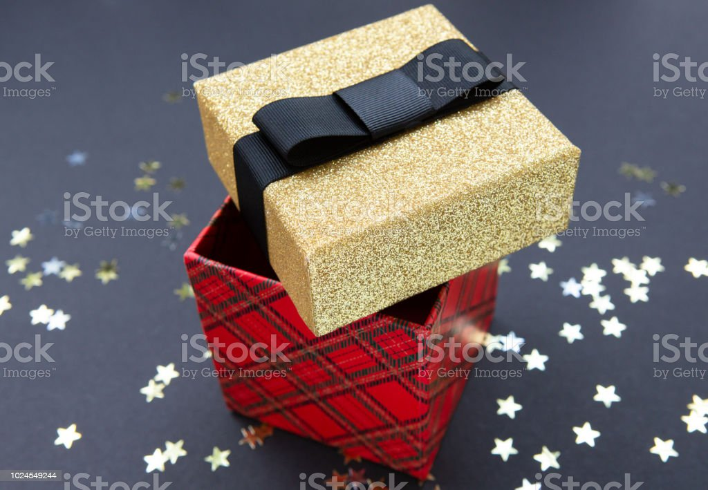 Weihnachten Muster Geschenk Box Rot Und Gold Auf Einem Dunklen ...