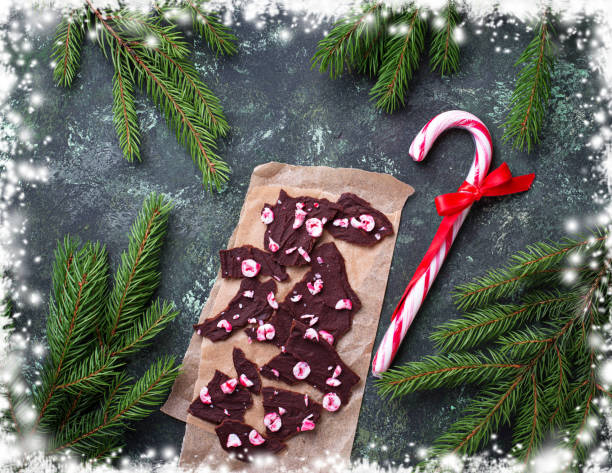 weihnachten-schokolade pfefferminz-barke mit candy cane chips. - pfefferminzschokolade stock-fotos und bilder
