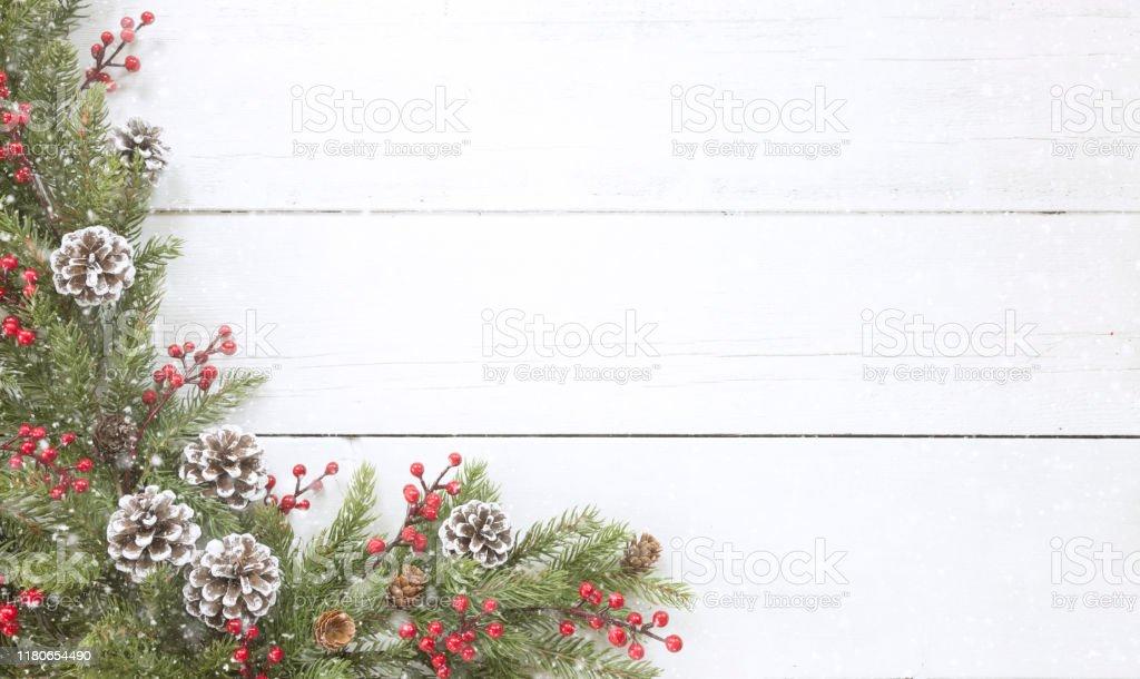 오래 된 흰색 나무 배경에 크리스마스 소나무 화환 국경 - 로열티 프리 0명 스톡 사진