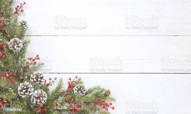 Weihnachten Kiefer Girlande Grenze Auf Einem Alten Weißen Holz Hintergrund Stockfoto und mehr Bilder von Altertümlich